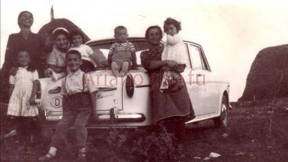 Foto di gruppo nelle campagne arianesi - anni 60