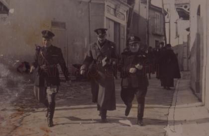 Ufficiali fascisti a passeggio , via D'Afflitto - anni 40